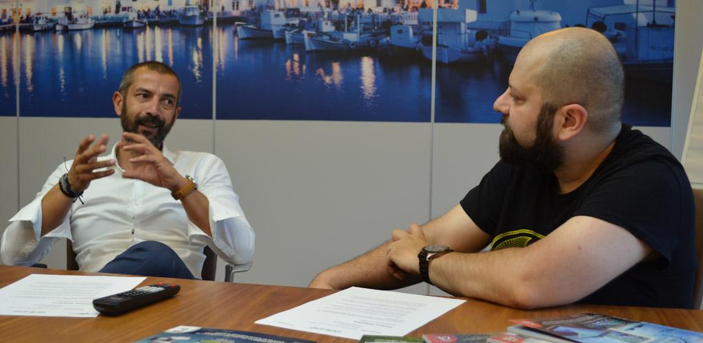 Από αριστερά: Ο managing director της HP Hellas, Σπύρος Πετράτος, συνομιλεί με τον αρχισυντάκτη του περιοδικού «OnLine», Βαγγέλη Αλευρίτη.