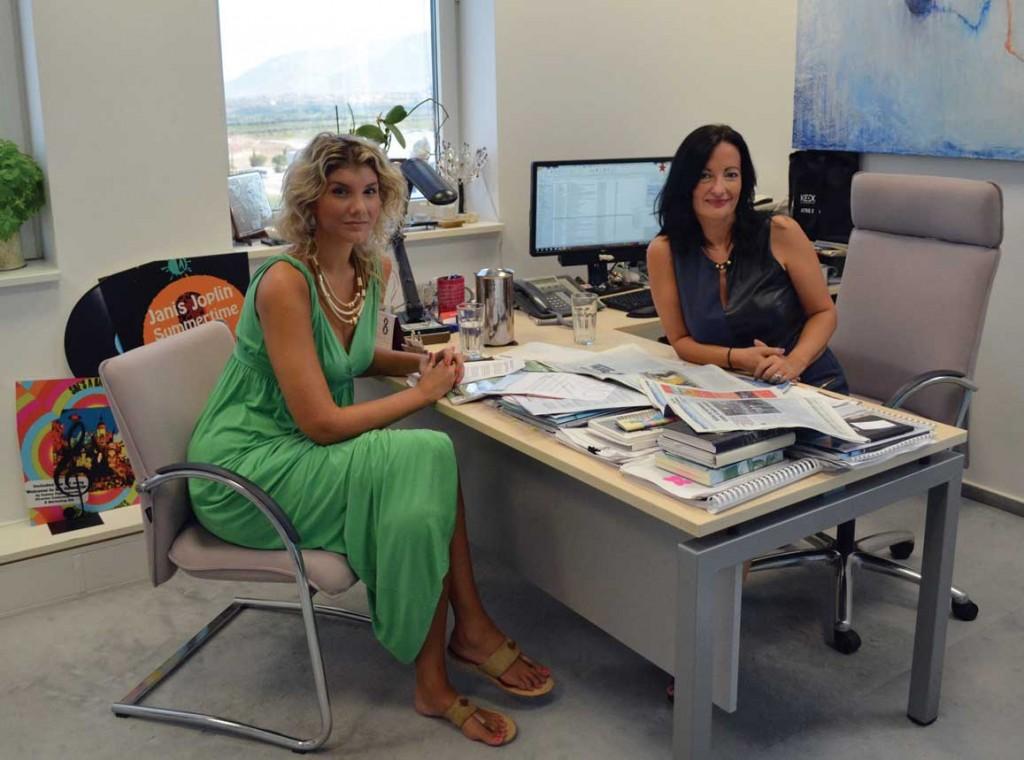Η δημοσιογράφος, Ηλέκτρα Αλευρίτη, με τη διευθύντρια επικοινωνίας & μάρκετινγκ του ΔΑΑ, Ιωάννα Παπαδοπούλου.